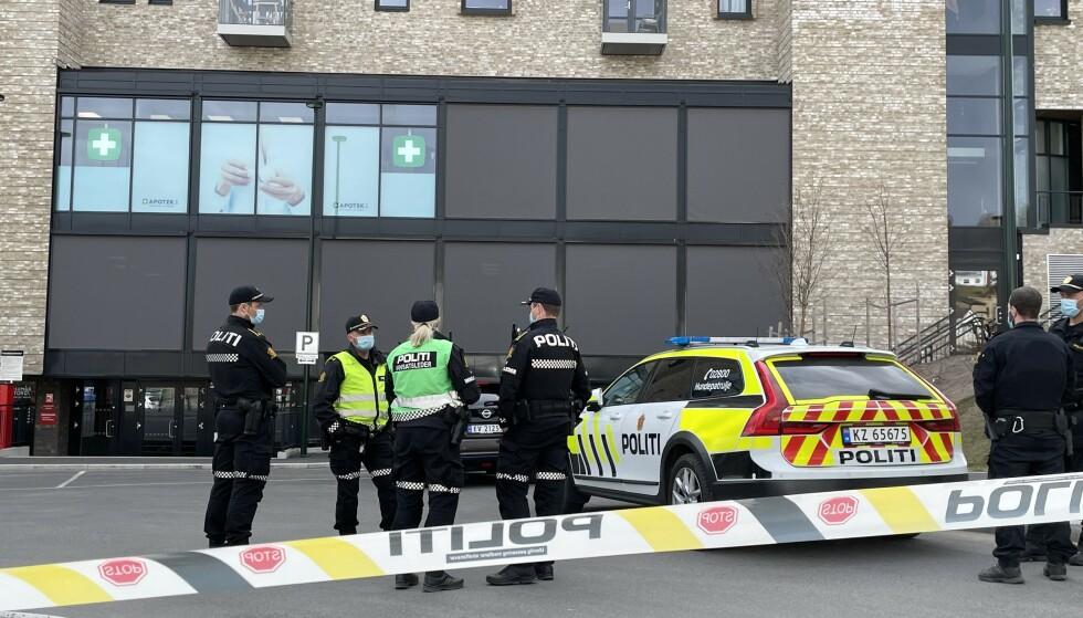 KNIVSTUKKET: Det var en mindreårig gutt i tenårene som ble knivstukket i ryggen ved Fjellhamar stasjon i ettermiddag. Han ble kjørt til Ahus i ambulanse, og de betegner han som ikke alvorlig skadet. Foto: Kjell Erik Berg / Dagblad
