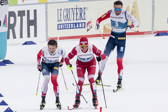 DRAMATISK: Her er situasjonen som førte til at Johannes Høsflot Klæbo mistet femmilsgullet. Foto: Bjørn Langsem / Dagbladet