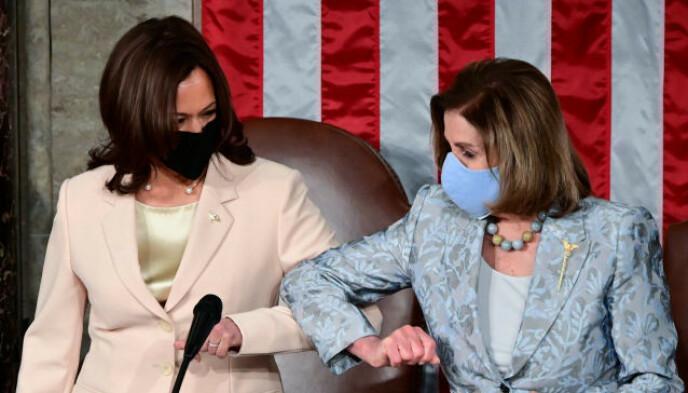 HISTORISKE: Kamala Harris og Nancy Pelosi. Foto: NTB