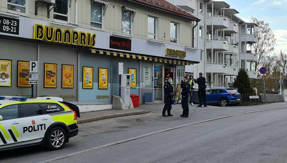 KNIVSTUKKET: En person er knivstukket på Lambertseter. Hendelsen skal trolig ha startet inne på en Bunnpris-butikk i området. Foto: Brage Lie Jor / Dagbladet