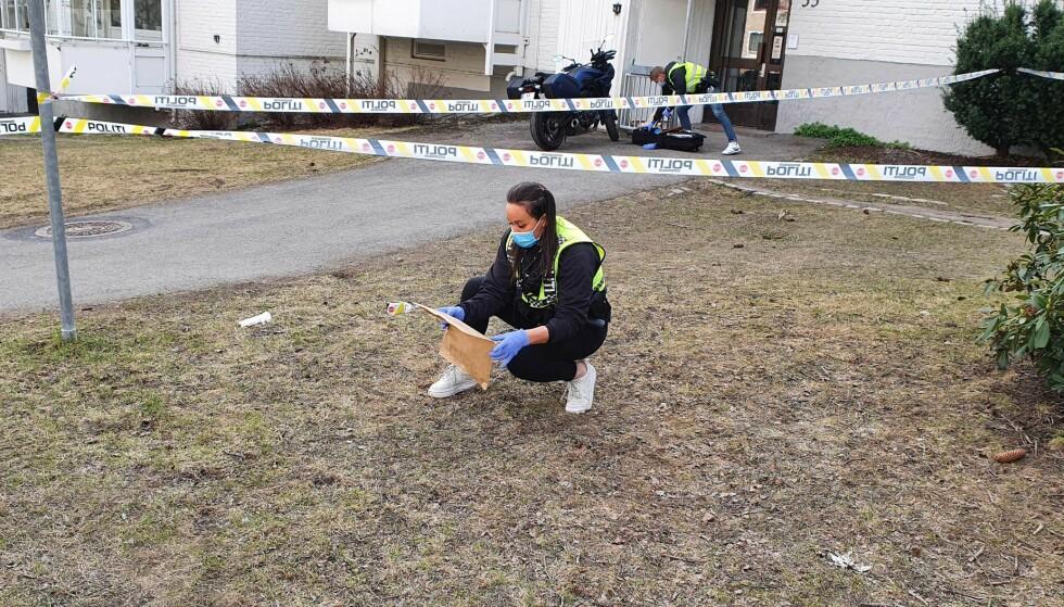 GJENSTAND: Politets etterforskere på stedet har funnet en gjenstand i forbindelse med knivstikkingen. Foto: Christian Roth Christensen / Dagbladet