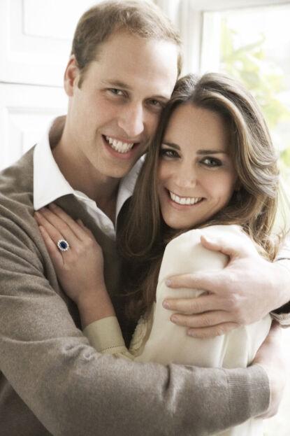 HETT PAR: Prins William og hertuginne Kates forhold har blitt nøye observert siden de først ble sammen. Her i desember 2010, bare få måneder før de giftet seg. Foto: Mario Testino/ AFP/ NTB