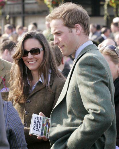 UNGDOMSKJÆRESTER: Kate og William under The Cheltenham Festival i mars 2007 - samme år som de skal ha hatt en pause. Foto: REX/ NTB