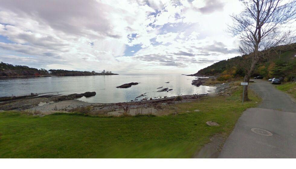YNDET SAMLINGSSTED: Parkeringsplassen ligger ytterst i Furustranda knyttet til turperla Tangen, og er blitt et yndet samlingssted. Her før utbyggingen. Foto: Google Maps / Skjermdump
