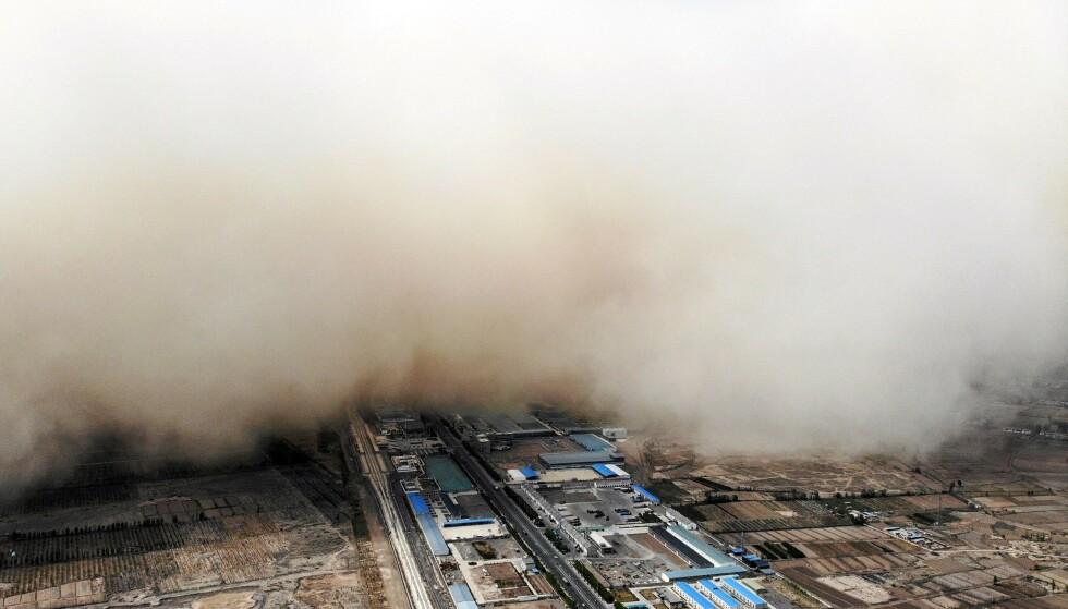 OMFATTENDE: Videoer fra stormen viser at den dekte store deler av Linze på kort tid. Foto: STR / CNS / AFP / China OUT / NTB