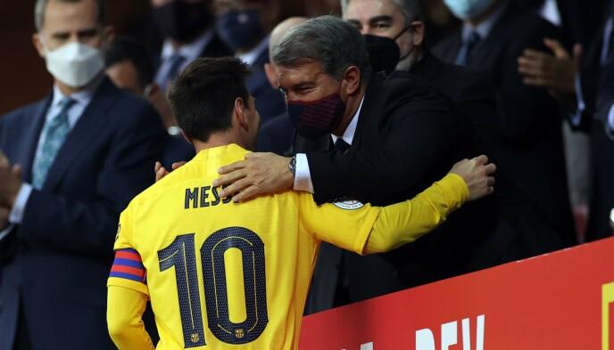 GODT FORHOLD: Lionel Messi og Joan Laporta hilser etter at Messi ledet Barcelona til triumf i den spanske cupfinalen. Foto: Photo by DAX Images/NurPhoto/Shutterstock