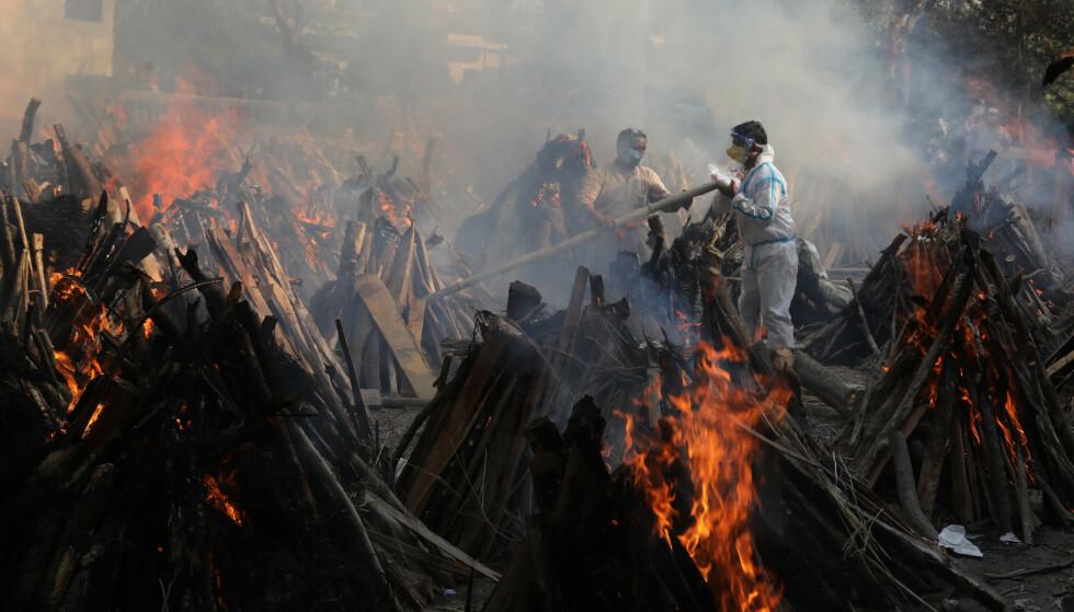 MASSEKREMASJON: Her brennes personer som har dødd med corona i New Delhi. Foto: Shutterstock editorial