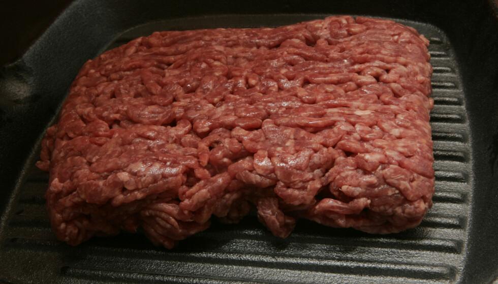MÅ VARMEBEHANDLES: Faren for smitte er størst i bearbeidede kjøttprodukter som kjøttdeig. Det er derfor viktig å gjennomsteke helt. Foto: NTB