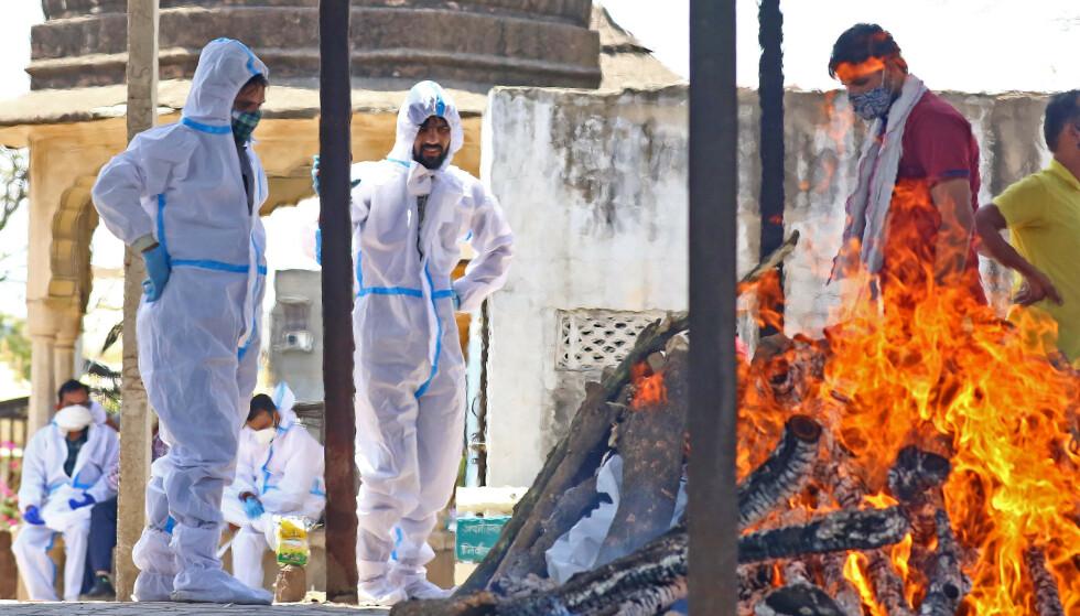 ET ENDELIG FARVEL: Enda en covid-død kremeres i Jaipur i Rajasthan i India. Foto: NTB