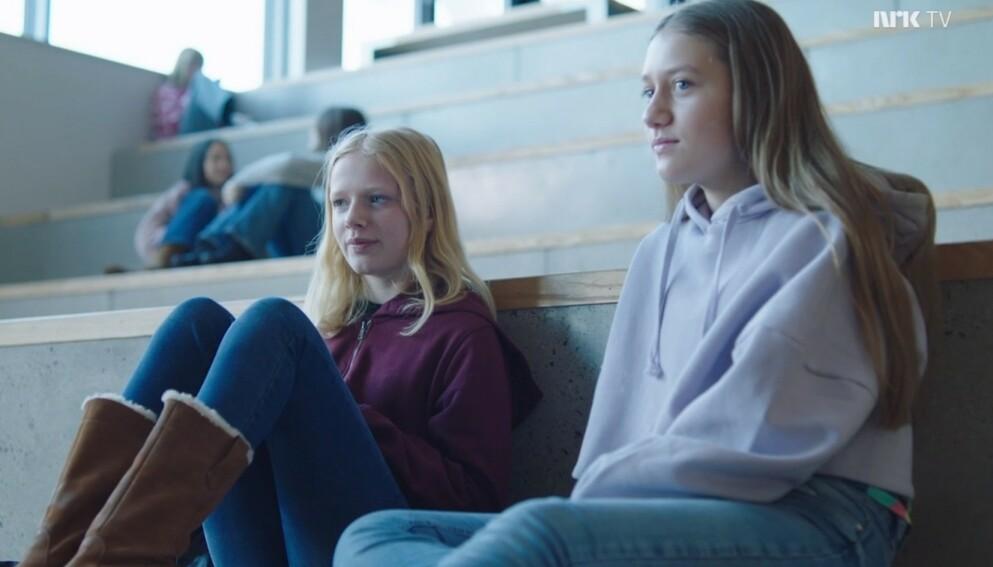 HOVEDPERSONENE: NRK-barneprogrammet valgte å endre tittelen på deres første episoden av serien «Nødt eller Sannhet». Bildet er hentet fra episoden som tidligere hadde tittelen «hoes before bros» og det hovedpersonene Sanne (Tilde Ender Søvik) og Tara (Maya Ystenes) som er avbildet. Skjermdump: NRK