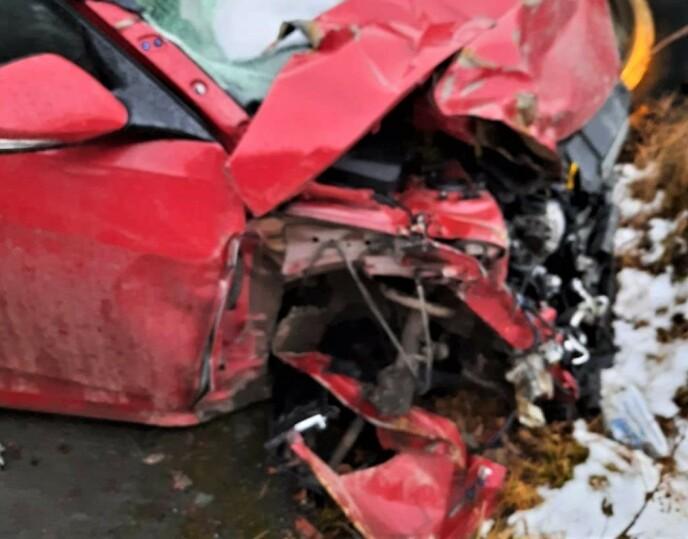 STORE SKADER: Slik så fronten på Grethes bil ut etter møtet med tankbilen. Foto: Privat
