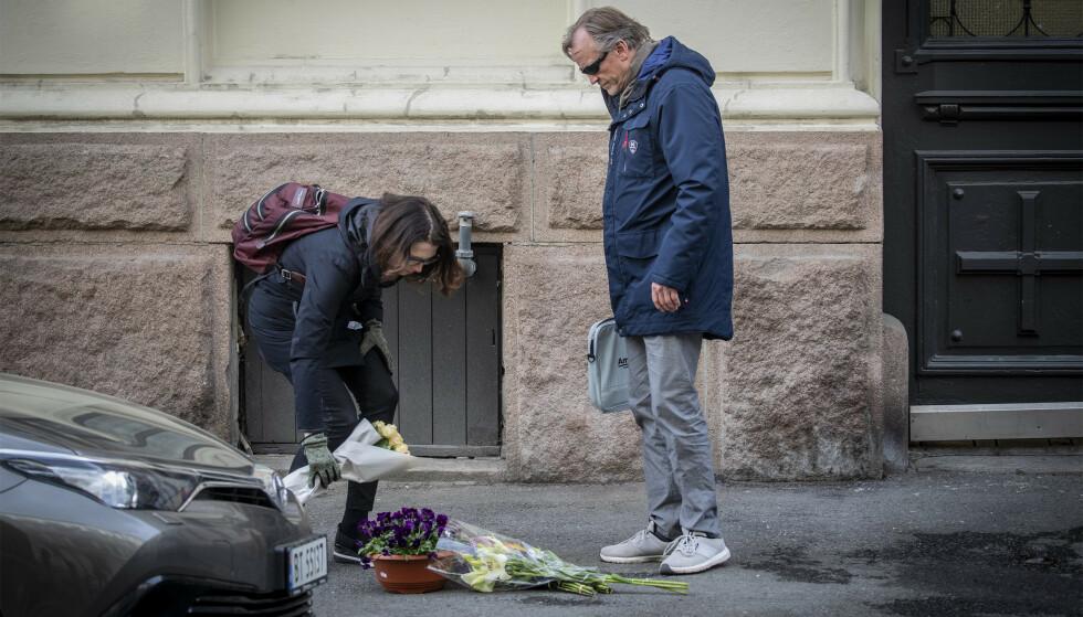 BLOMSTER: Bekjente legger ned blomster på fortauet der kvinnen ble skutt og drept. Foto: Bjørn Langsem / Dagbladet