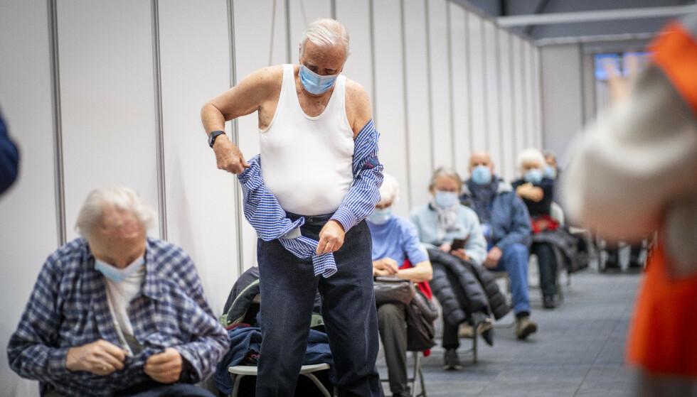 FÅ TILFELLER: Det er få tilfeller blant fullvaksinerte i Norge. At enkelte får påvist viruset til tross for vaksine, er ikke overraskende, mener FHI. Foto: Heiko Junge / NTB