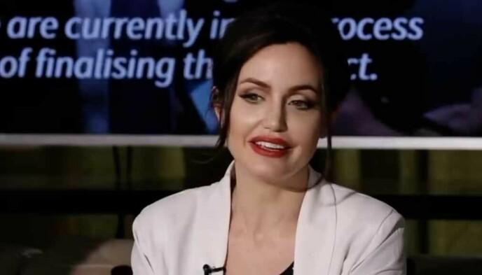 FJERNET PROGRAM: En falsk Angelina Jolie forteller at hun donerer tusenvis av doser av en vaksine til Tunisia for å hjelpe landet i kampen mot viruset. Foto: NessmaTV