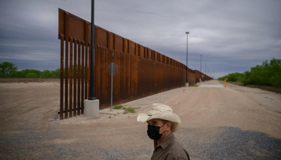 MARS 2021: Ranch-eier Tony Sandoval avbildet foran en del av muren som tidligere president Donald Trump prøvde å bygge. Her nær byen Roma i Texas. Foto: Ed Jones / AFP / NTB