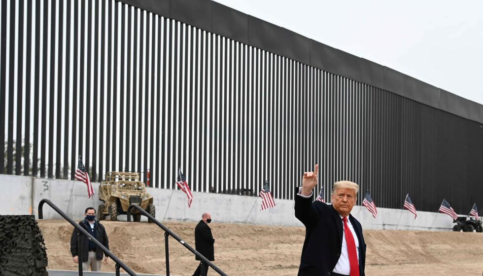 TEXAS: Utgående president Donald Trump besøker en ny del av grensemuren uka før hans tid i embetet er omme. Bildet er tatt 12. januar 2021. Foto: NTB
