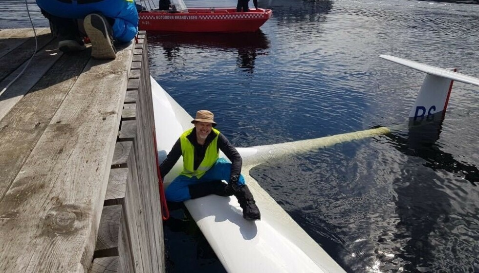 HJELP: Pilot Øystein Bjørklund fikk rask hjelp av både en fritidsbåt, og senere nødetatene. Foto: Jean-Jacques Maillet.