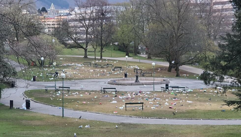 DAGEN DERPÅ: Enorme mengder søppel ligger igjen etter nattens festligheter i Nygårdsparken i Bergen. Foto: Løvaas Maskin as / Bymiljøetaten