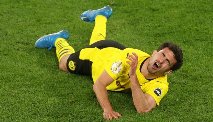HARDT SKADET: Mateu Morey vrir seg i smerter under kampen mellom Borussia Dortmund og Holstein Kiel. Foto: NTB