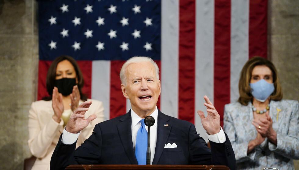 TALE: Biden taler til Kongressen 28. april 2021. Bak seg har han visepresident Kamala Harris og Husets speaker Nancy Pelosi. Foto: Melina Mara/Pool Photo via AP