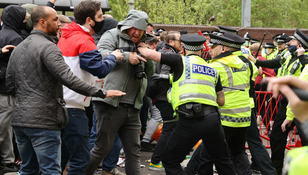 VOLDSOMT: Politi og supportere barker sammen utenfor Old Trafford. Foto: REUTERS/Carl Recine/NTB