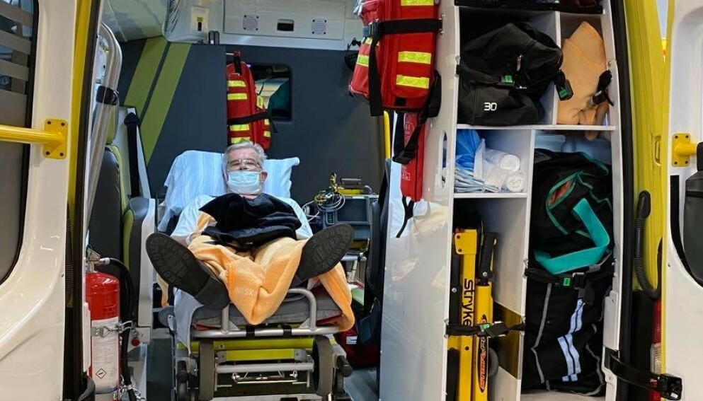 BLODPROPP: Staffan Malmgren i ambulansen som fraktet ham fra Trelleborg sykehus til Skånes universitetssjukhus. Foto: Privat
