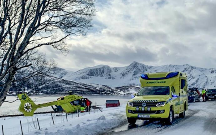 STOR AKSJON: Tre helikoptre ble sendt til skredområdet lørdag ettermiddag. Scooterpatruljer fra Røde Kors står også klare til å bistå. Foto: Anne Merete Mikkelsen