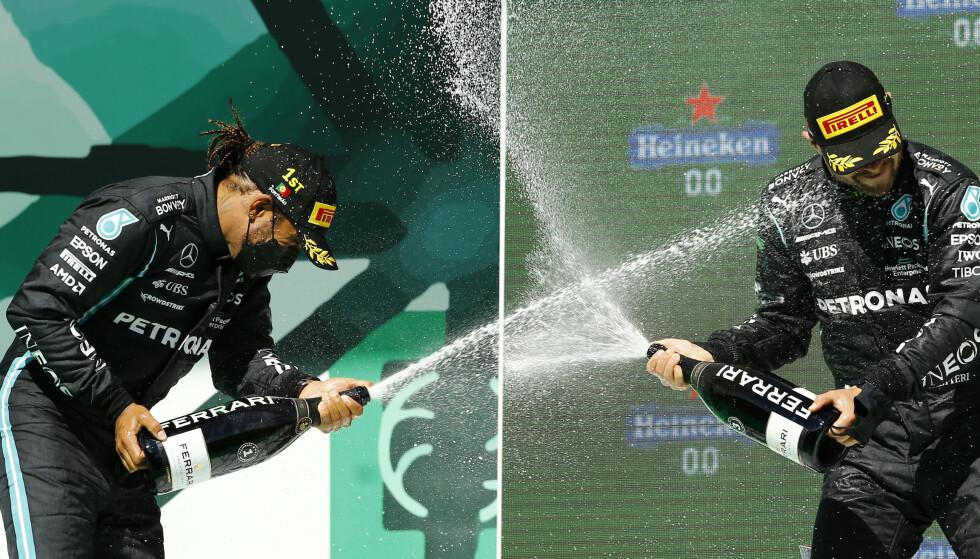 FEIRET: Lewis Hamilton vant søndagens Portugal Grand Prix. Her jubler han sammen med lagkamerat Valtteri Bottas som ble nummer tre. Foto: NTB