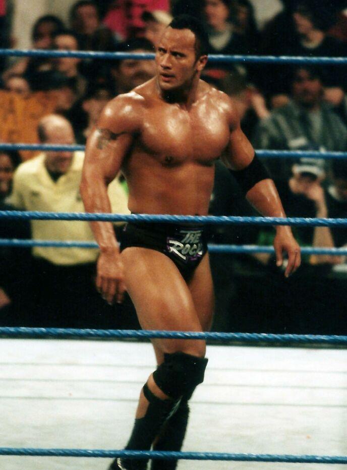 JENTE?: I barndommen var det flere som trodde Dwayne Johnson var ei jente. Her fra hans glansdager i wrestlingringen i 1999. Foto: John Barrett/Photolink/Mediapunch/REX/NTB