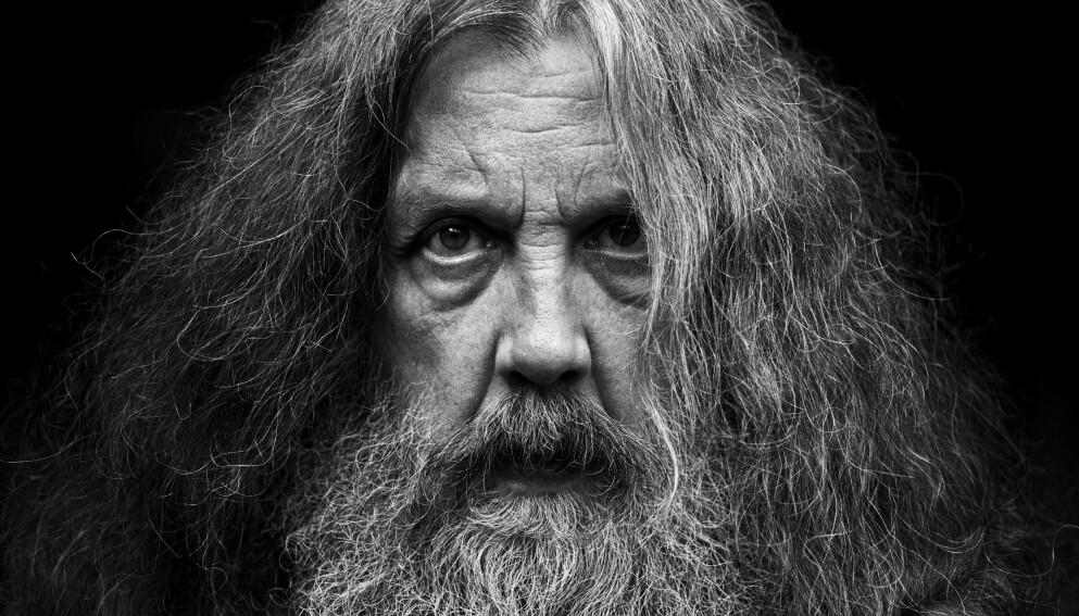 STORE PLANER: Forfatter Alan Moore sier at han er kommet til et punkt i karrieren hvor han er sprekkfull av fiksjon og prosa. Foto: Bloomsbury Publishing/Mitch Jenkins/NTB