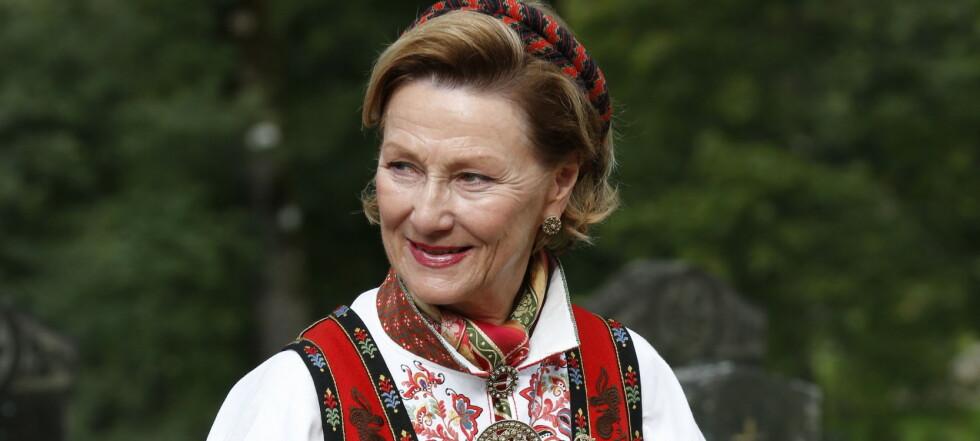Se dronning Sonjas imponerende bunadssamling: Én betyr noe helt spesielt
