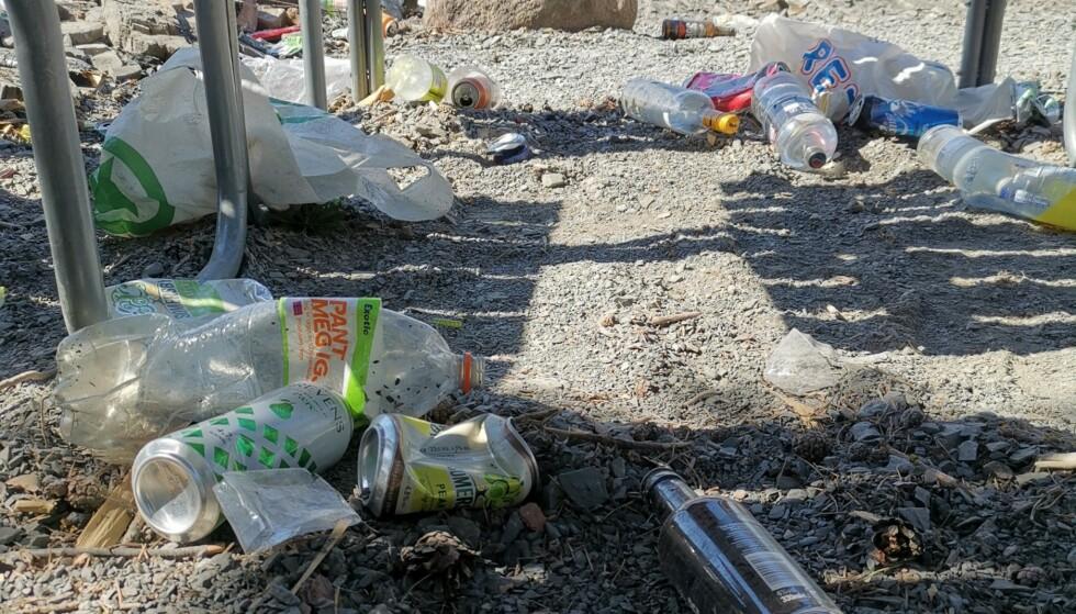 TOMME ENHETER: På bildet ser man tomme enheter med alkohol like ved brua over til Helgøya, ifølge Lise Enger, som her har avbildet noe av avfallet hun kom over. Foto: Privat