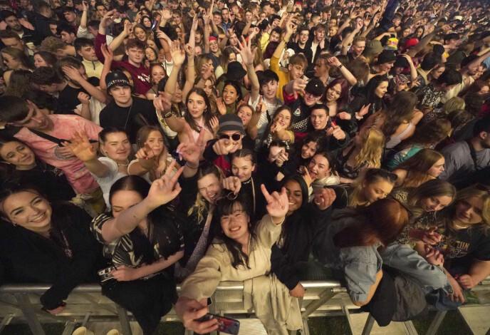 STEMNING: BBC rapporterer om jubelbrøl i konsertteltet. Foto: NTB