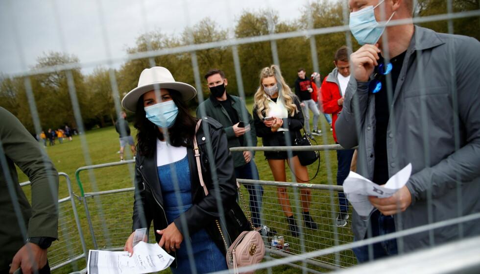 REGLER: Britene måtte bruke masker hele veien fram til innslippet, deretter var det fritt fram. Foto: NTB