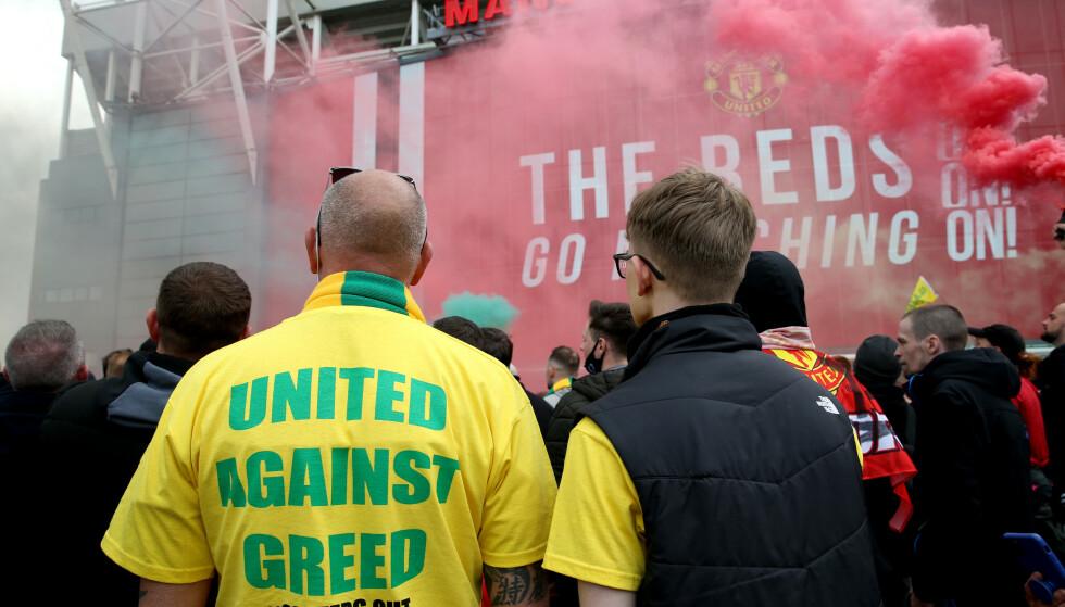 PROTEST: Manchester United-supportere utenfor Old Trafford søndag. Foto: NTB