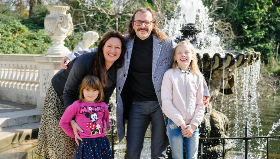 FAMILIELYKKE: Familien Wahk/Felberg - Thomas Felberg ved fontenen med samboer Hilde og døtrene Sienna og Bianca. Foto: Peter Van Den Berg