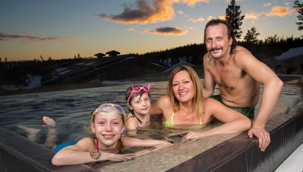 VÅT LYKKE: I bassenget med samboer Hilde og døtrene Sienna og Bianca. - Det har alltid vært mange kvinner i mitt liv, sier Thomas Felberg. Foto: Tor Lindseth