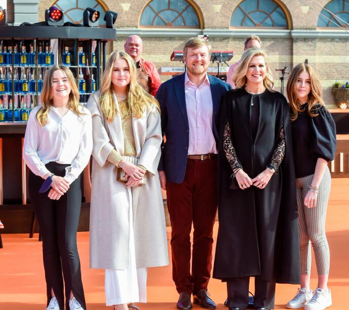 HELE HURVEN: Kongeparet og deres tre døtre i juni i år. Foto: Splash News / NTB