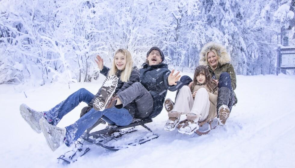 HVIT LYKKE: På kjelke med samboer Hilde og døtrene Sienna og Bianca. - Det har alltid vært mange kvinner i mitt liv, sier Thomas Felberg. Foto: Tor Lindseth