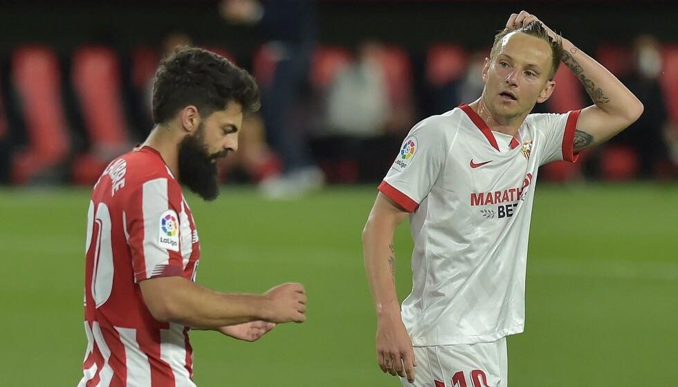 KNYTTA NEVER: Asier Villalibre og Athletic kunne feire seieren over Ivan Rakitic og Sevilla. Foto: Photo by CRISTINA QUICLER / AFP.