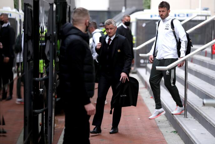 AVLYST: Ole Gunnar Solskjær, Michael Carrick og spillerne på vei ut fra hotell The Lowry etter den avlyste kampen. Foto: NTB
