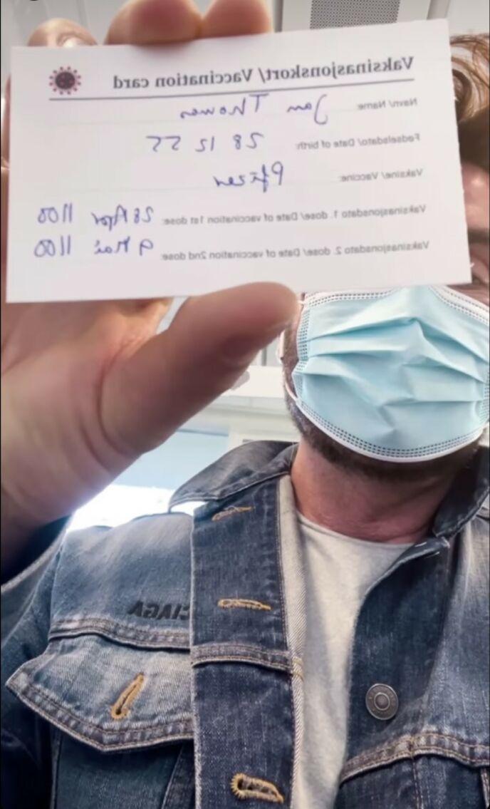 1955: Det oppsto full forvirring da Jan Thomas skulle vaksinere seg. På vaksinasjonskortet står det nemlig at han er født i 1955, til tross for at han er født i 1966. Foto: Instagram