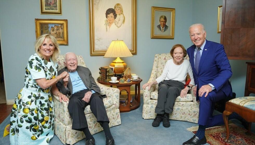 STORE: I det nylig publiserte bildet der Biden-ekteparet er avbildet med Jimmy og Rosalynn Carter, er det tydelig at den fysiske størrelsen mellom ekteparene ser svært ulike ut. Foto: The Carter Center.