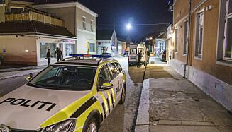 RYKKET UT: Både politiet og ambulanser ble sendt til adressen i Halden sentrum, der en kvinne ble funnet drept mandaf kveld. Foto: Stian Lysberg Solum / NTB