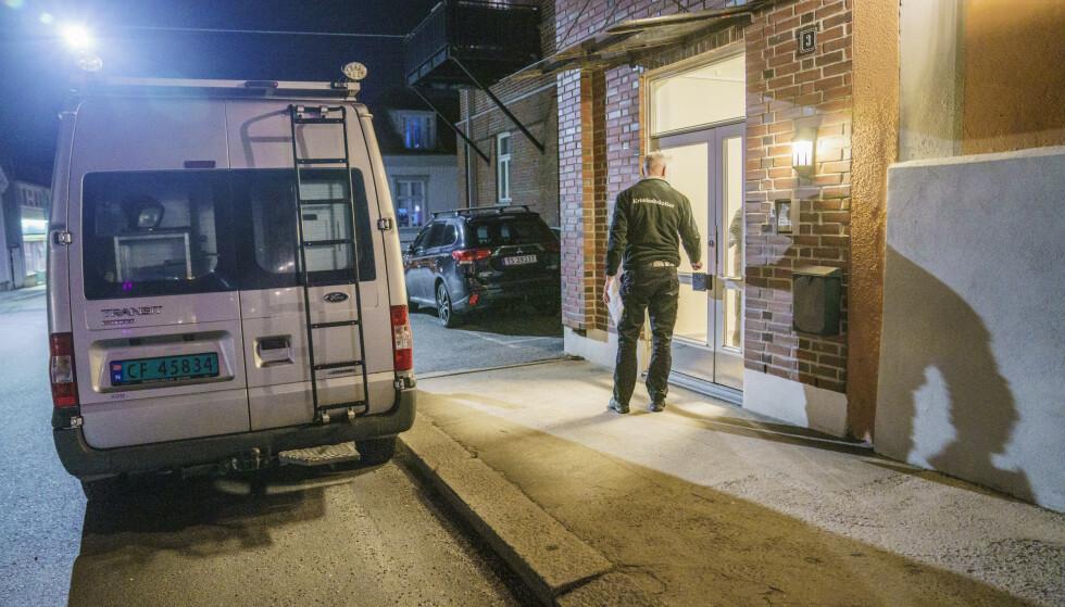 UNDERSØKELSER: Kriminalteknikere var mandag kveld på stedet der en person ble mandag funnet død i en leilighet i Halden sentrum. En person er pågrepet i forbindelse med dødsfallet. Foto: Stian Lysberg Solum / NTB