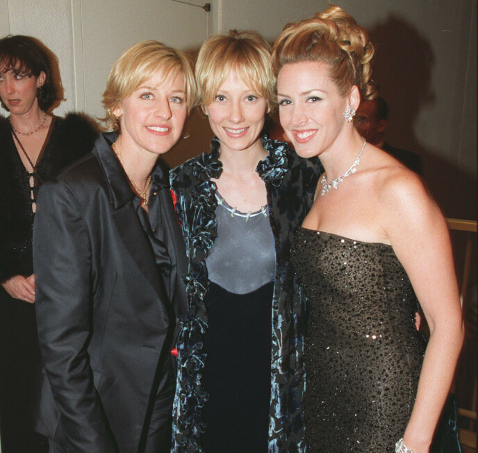 IKKE FORNØYD: Anne Heche (i midten) gir seg selv karakteren 0 for antrekket hun hadde på seg under Golden Globe i 1998. Til venstre Ellen DeGeneres og til høyre Joely Fisher. Foto: Bei / REX