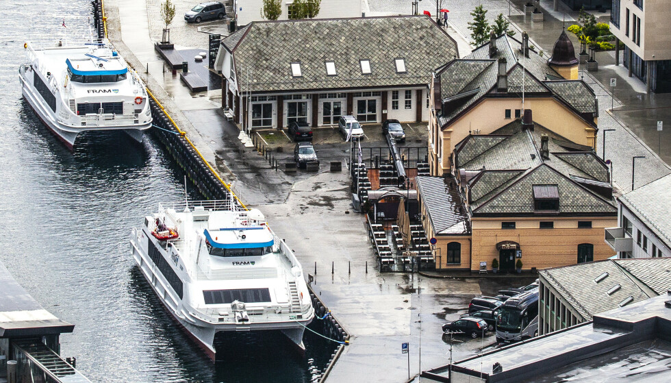UTBRUDD: Det har vært et smitteutbrudd på restaurant Toldboden ved Skansekaia (t.h.) i Ålesund sentrum. Foto: Halvard Alvik / NTB