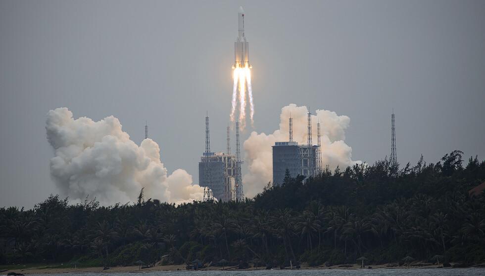 KAN FALLE UKONTROLLERT: Raketten Long March 5B ble brukt til å sende ut hovedmodulen til Kinas nye romstasjon. Her fra oppskytningen i Wenchang i april i år. Foto: AP / NTB