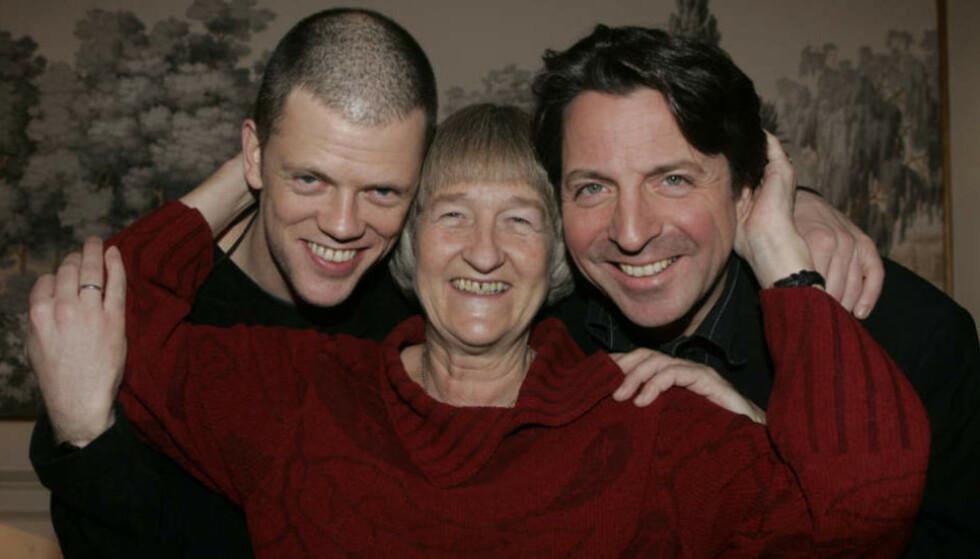IKONISK: Trioen Else Michelet, Espen Beranek Holm, og Kalvø ledet «Hallo i uken» i 16 år. De var kjernen i det populære ukentlige satireprogrammet som ble sent på NRK P2 fra 1989 til 2013. Trioen ga seg i 2009. Foto: NTB