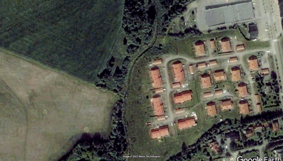 2002: Slik så boligfeltet Ingelstun ut i 2002, omtrent 10 år før utbyggingen av Viervangen på jordet til venstre startet. Ravinen litt til venstre for midten av bildet. Foto: Google Earth